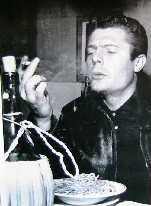 mastrianni che fuma davanti agli spaghetti